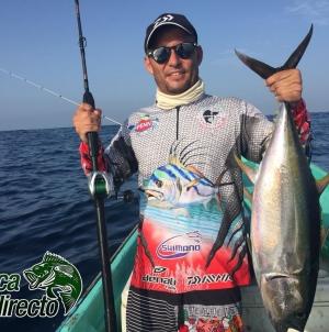 Adrián Bustos Soberanis, presidente de la Asociación Purépecha de Pesca Deportiva, muestra su captura de un atún aleta amarilla